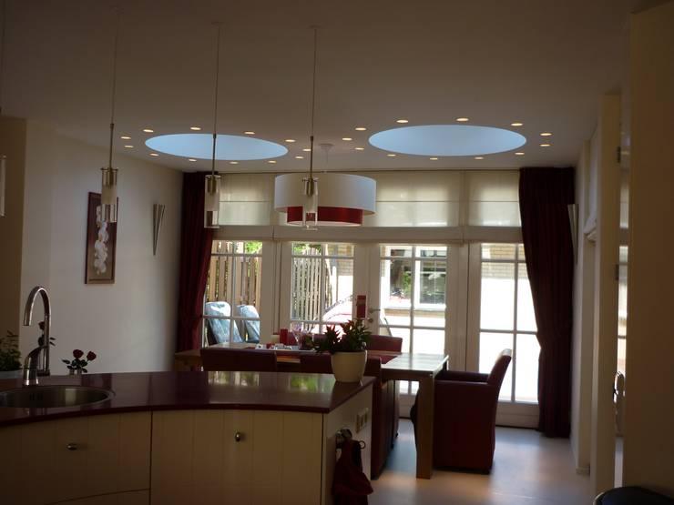 Zicht vanaf keukenblok naar eethoek:  Woonkamer door Interieurarchitect Selma van der Velden-Artun