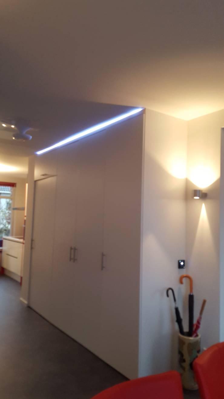ledstrip (RGB) in de hal:  Gang en hal door Interieurarchitect Selma van der Velden-Artun, Modern