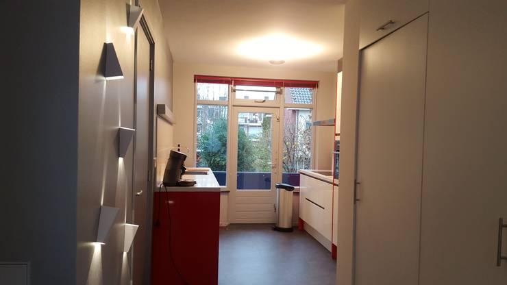 Zicht op keuken vanuit doorloop naar woonkamer:  Keuken door Interieurarchitect Selma van der Velden-Artun, Modern