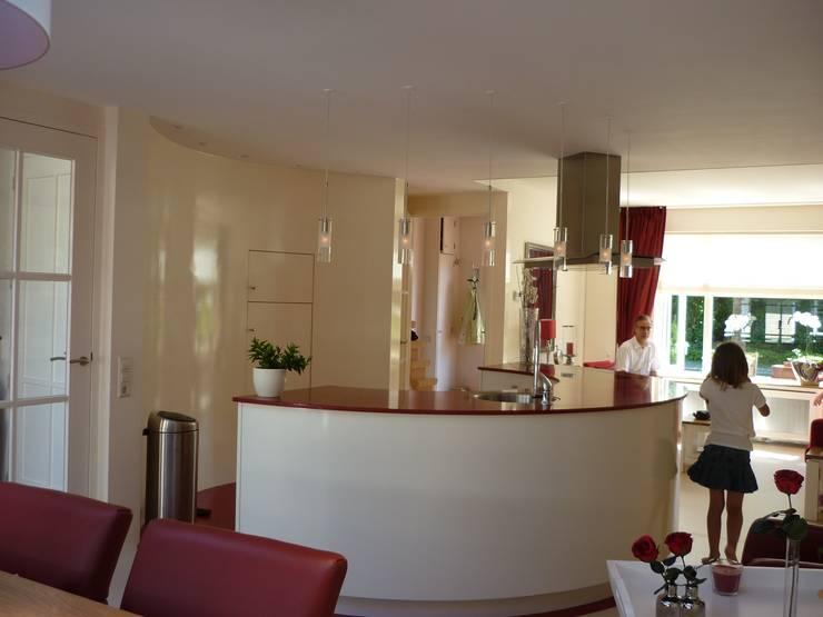 Halfrond  keukenblok vanuit eetgedeelte gezien:  Keuken door Interieurarchitect Selma van der Velden-Artun