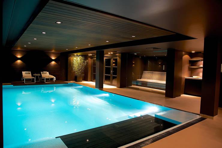 สระว่ายน้ำ โดย Designa Interieur & Architectuur BNA, โมเดิร์น