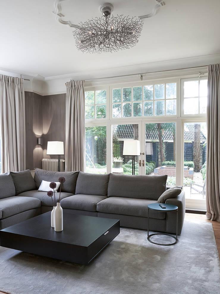 Villa Hilversum:  Woonkamer door Designa Interieur & Architectuur BNA, Klassiek