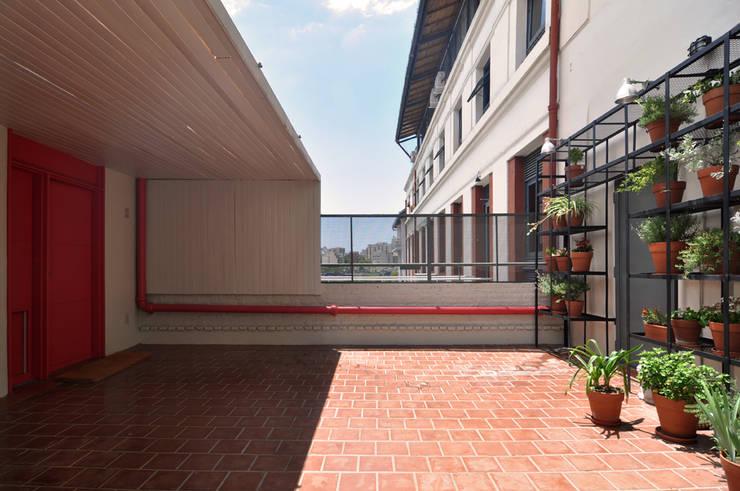 Hiên, sân thượng by Matealbino arquitectura