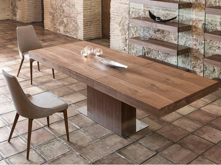 Mesas de refeições Dining tables www.intense-mobiliario.com  Santini http://intense-mobiliario.com/product.php?id_product=8858: Sala de jantar  por Intense mobiliário e interiores;