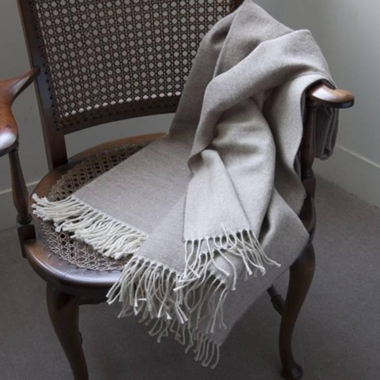 Livings de estilo  por The Biggest Blanket Company