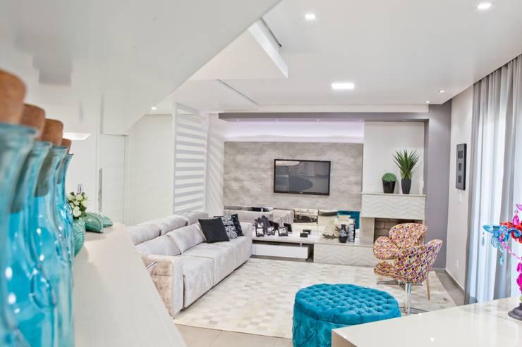 Salas / recibidores de estilo  por Tumelero Arquitetas Associadas, Moderno