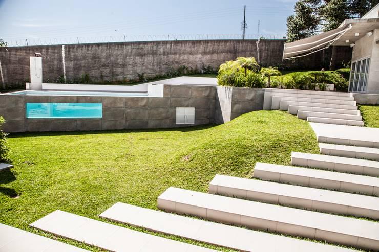 Piscinas de estilo  por Tumelero Arquitetas Associadas, Moderno