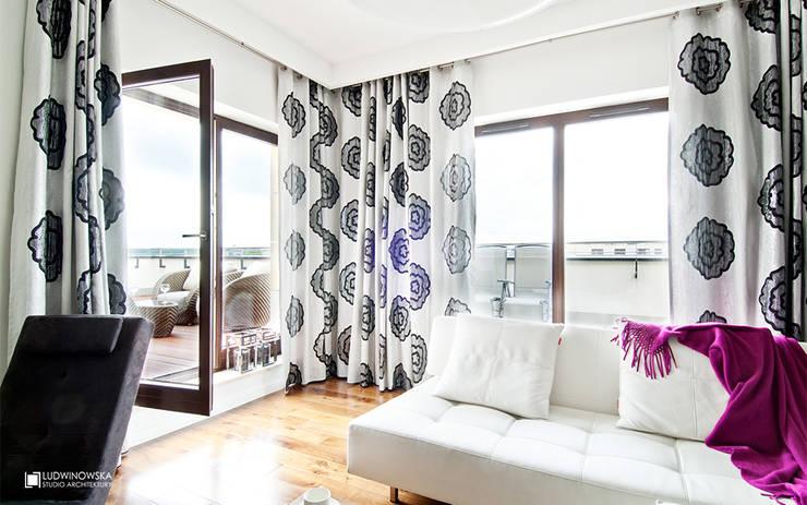 ORZECHOWY BRĄZ: styl , w kategorii Salon zaprojektowany przez Ludwinowska Studio Architektury