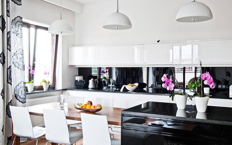 ORZECHOWY BRĄZ: styl , w kategorii Kuchnia zaprojektowany przez Ludwinowska Studio Architektury
