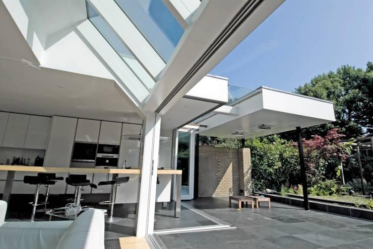 Veel licht:  Huizen door OX architecten, Modern Aluminium / Zink