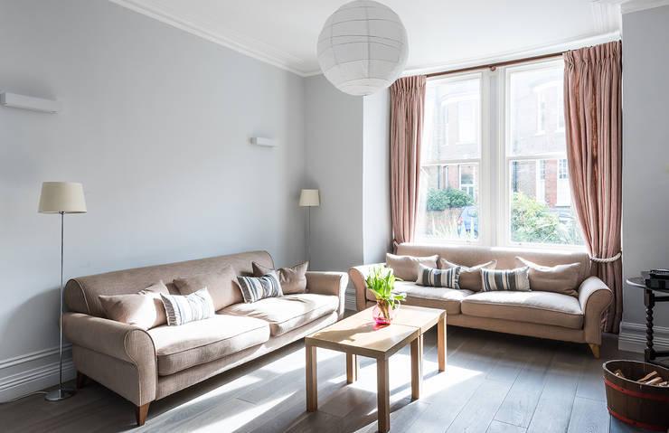 Phòng khách by Grand Design London Ltd