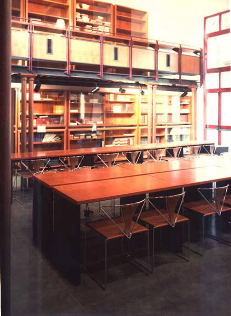 sala biblioteca: Studio in stile in stile Moderno di PARIS PASCUCCI ARCHITETTI