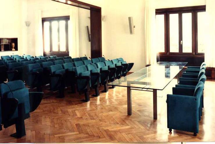 Sala conferenze: Sala multimediale in stile  di PARIS PASCUCCI ARCHITETTI