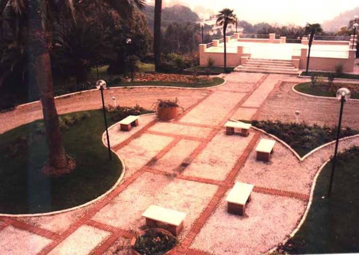 Giardino della villa: Giardino in stile in stile Classico di PARIS PASCUCCI ARCHITETTI
