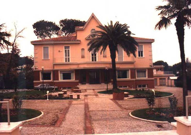 Facciata della villa dal piazzale.: Case in stile in stile Classico di PARIS PASCUCCI ARCHITETTI