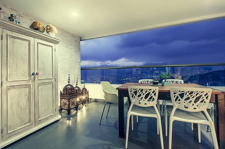 Balcón : Balcones y terrazas de estilo  por Cristina Cortés Diseño y Decoración