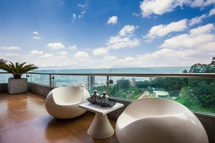 Balcones, porches y terrazas de estilo  por Cristina Cortés Diseño y Decoración