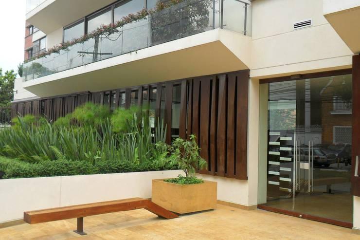 Acceso edificio Lyra: Casas de estilo moderno por Arquitectura Integral LTDA