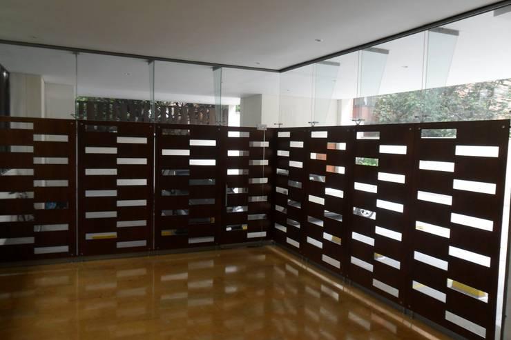 Vista interior de la recepción: Pasillos y vestíbulos de estilo  por Arquitectura Integral LTDA