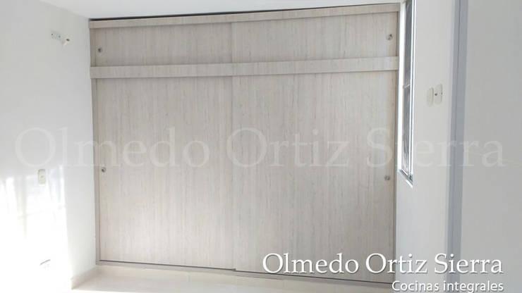 Closet Modernos: Dormitorios de estilo  por Cocinas Integrales Olmedo Ortiz Sierra,