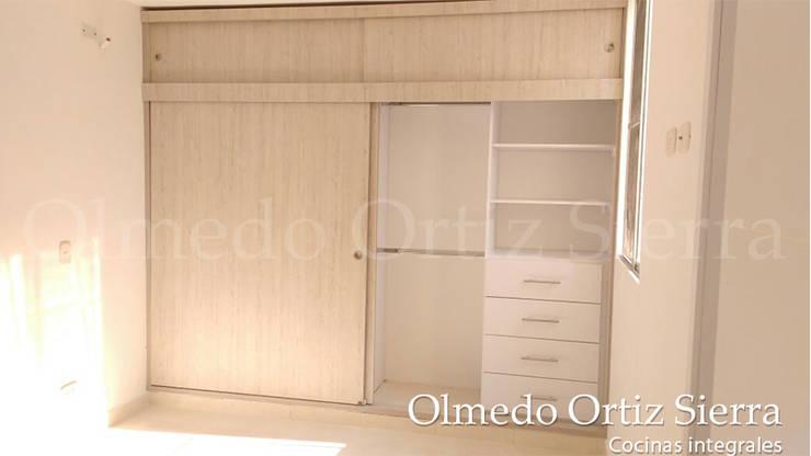 Closets : Dormitorios de estilo  por Cocinas Integrales Olmedo Ortiz Sierra,