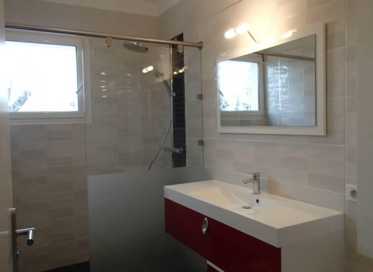 Une salle de bain modernisée: Salle de bains de style  par JLP HOMEDESIGN