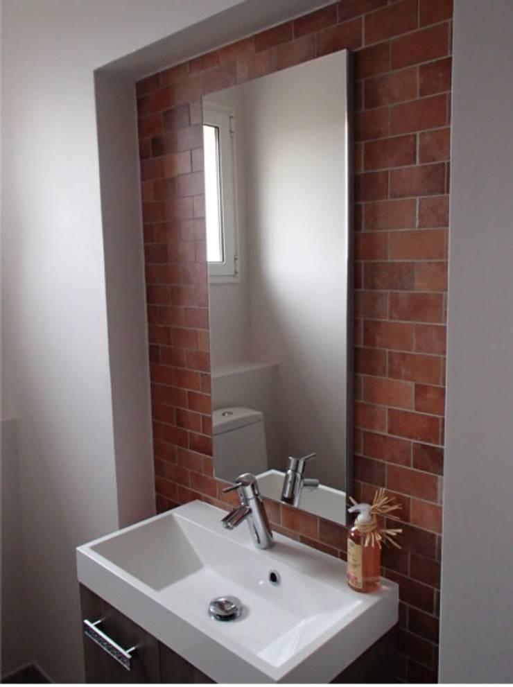 Lave main dans un toilette.: Salle de bains de style  par JLP HOMEDESIGN