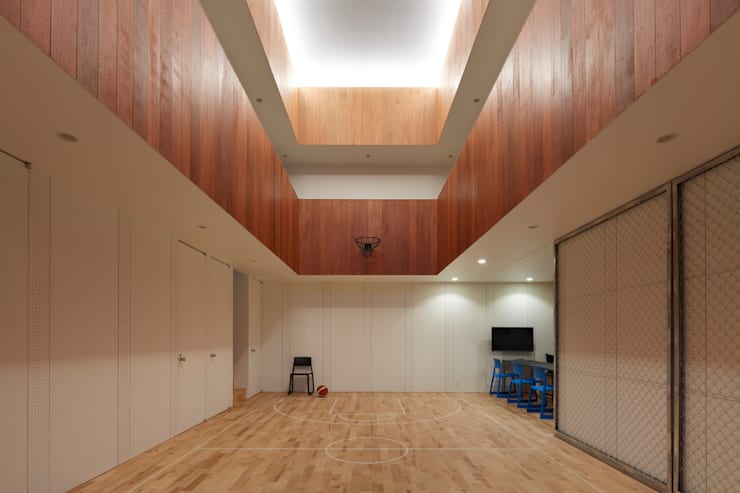 Gimnasios de estilo  por 小泉設計室