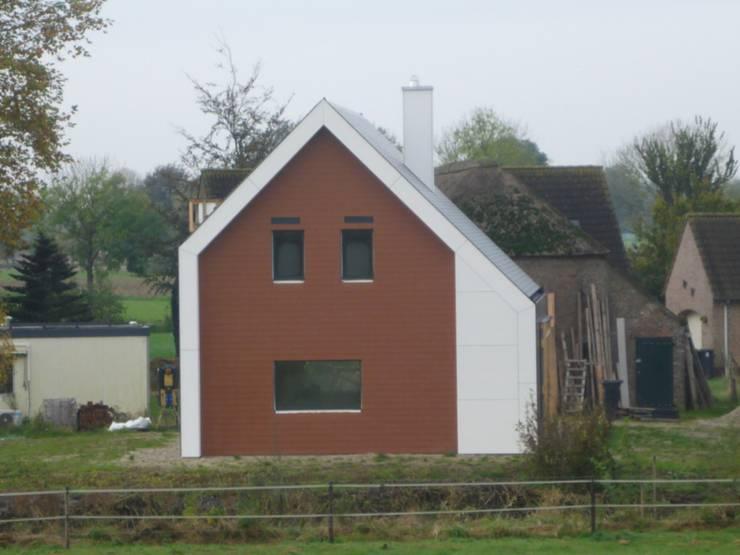 Zijaanzicht passiefhuis:  Huizen door Villa Delphia, Landelijk