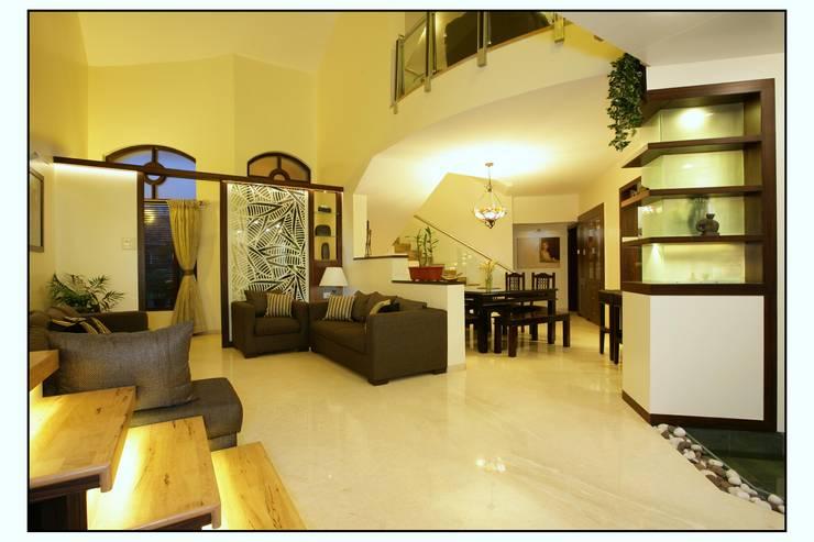 Residence For Captain Nikhil Kanetkar and Ashwini Kanetkar:  Living room by Navmiti Designs