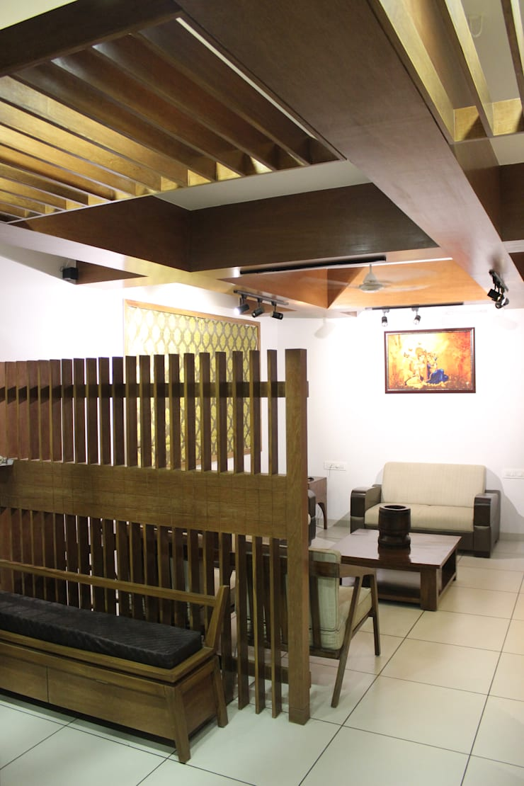 MR. NIMITBHAI DESAI RESIDENCE:  Living room by INCEPT DESIGN SERVICES