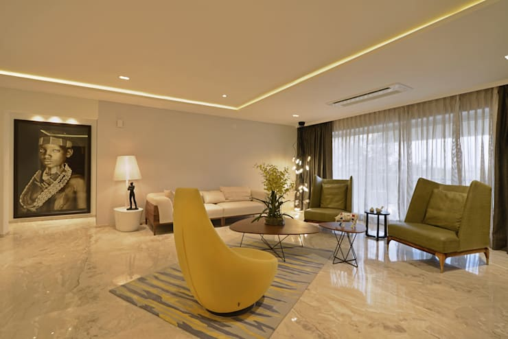 Showflat for Mahindra Lifespace:  Living room by Aum Architects