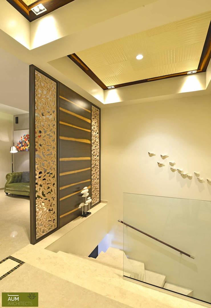 Duplex Apartment design:  Corridor & hallway by Aum Architects