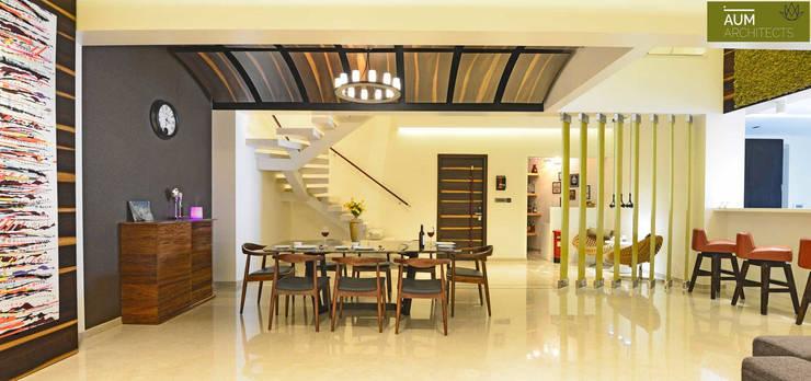 Duplex Apartment design:  Dining room by Aum Architects