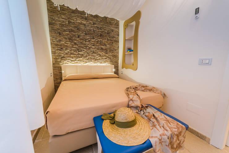 Camera da letto: Camera da letto in stile in stile Moderno di Angelo De Leo Photographer