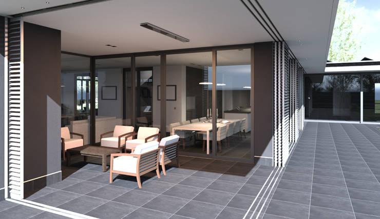 Veranda met buitenhaard voorzien van schuifpanelen.:  Terras door ArchitectenGilde, Modern Hout Hout