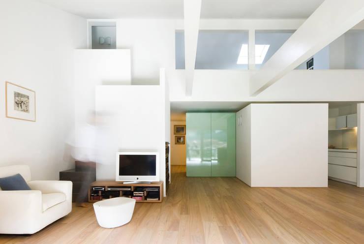 Casa IB: Soggiorno in stile in stile Moderno di MYOSTUDIO