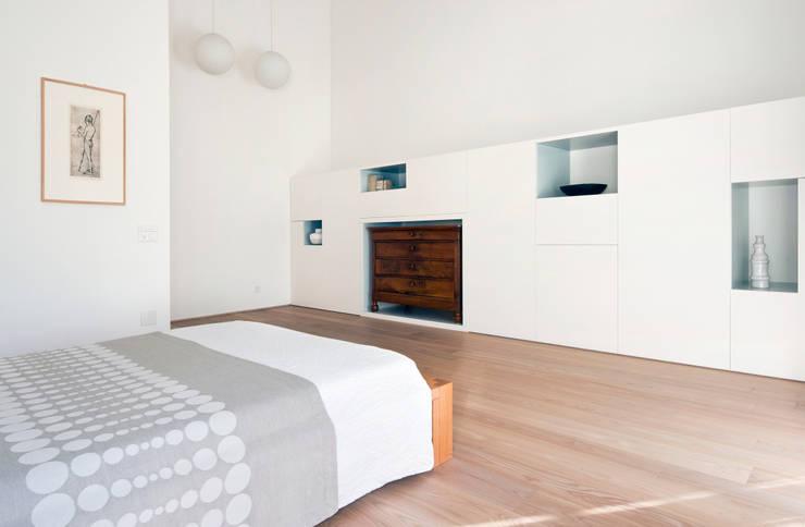 Casa IB: Camera da letto in stile in stile Moderno di MYOSTUDIO