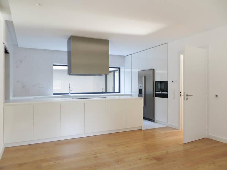 Casa Azevedo Coutinho : Cozinhas minimalistas por Diana Vieira da Silva Arquitectura e Design