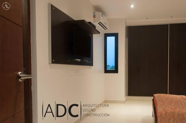 Mueble TV en dormitorio principal de DIAZ GUERRA ESTUDIO Moderno