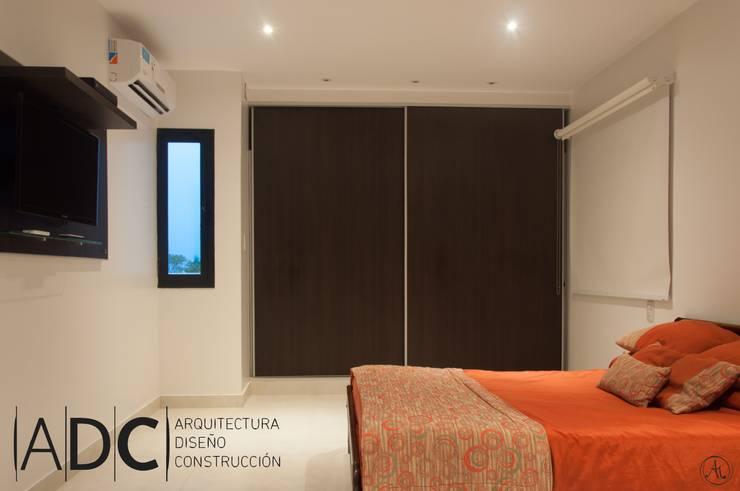 Vista general de dormitorio principal: Dormitorios de estilo  por ADC - ARQUITECTURA - DISEÑO- CONSTRUCCION
