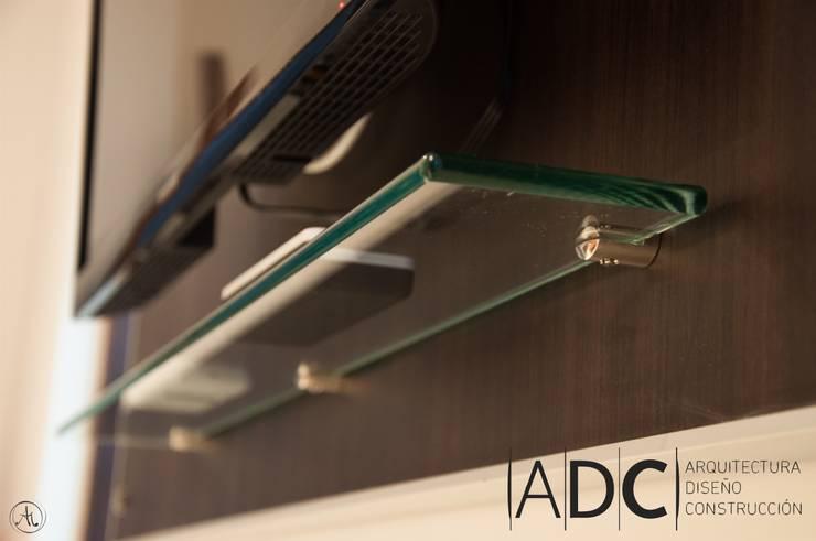 Detalle mueble de TV: Dormitorios de estilo  por ADC - ARQUITECTURA - DISEÑO- CONSTRUCCION
