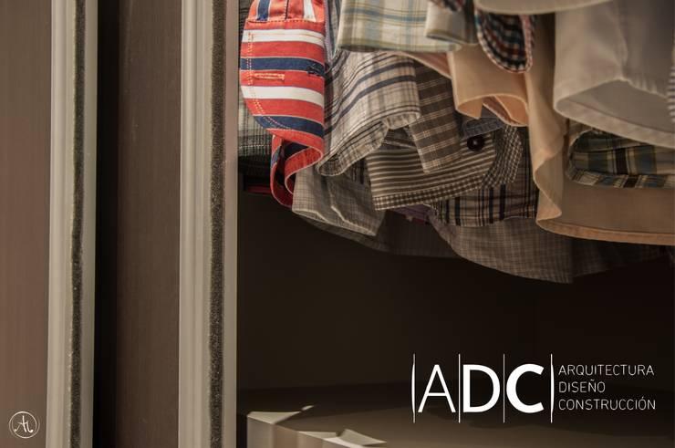 Detalle de puertas corredizas: Dormitorios de estilo  por ADC - ARQUITECTURA - DISEÑO- CONSTRUCCION