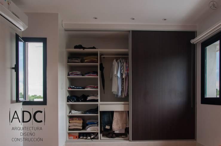 Vista frontal de placard: Dormitorios de estilo  por ADC - ARQUITECTURA - DISEÑO- CONSTRUCCION