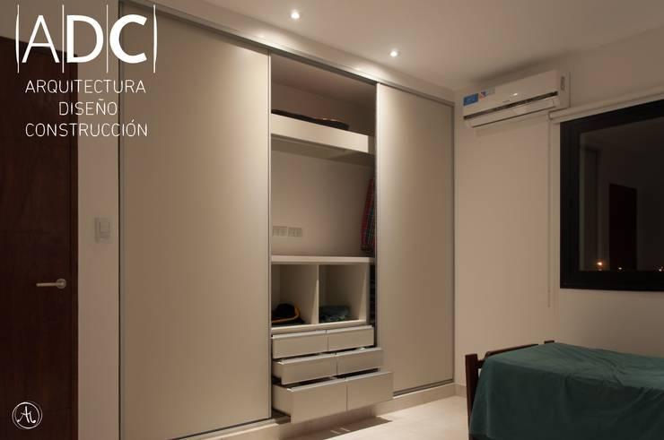 Vista general de vestidor juvenil: Dormitorios de estilo  por ADC - ARQUITECTURA - DISEÑO- CONSTRUCCION