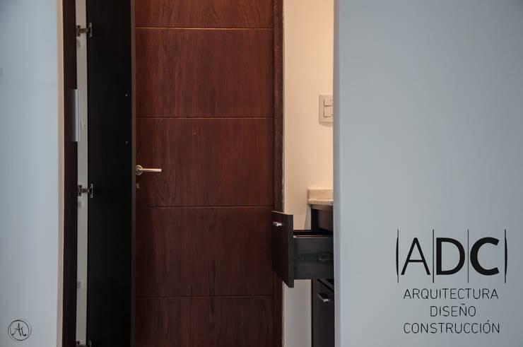 Antebaño con cajonera y mueble vertical de guardado de DIAZ GUERRA ESTUDIO Moderno