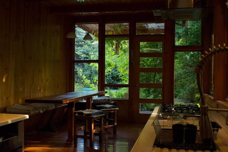 Comedor Cocinas de estilo rústico de PhilippeGameArquitectos Rústico Madera Acabado en madera