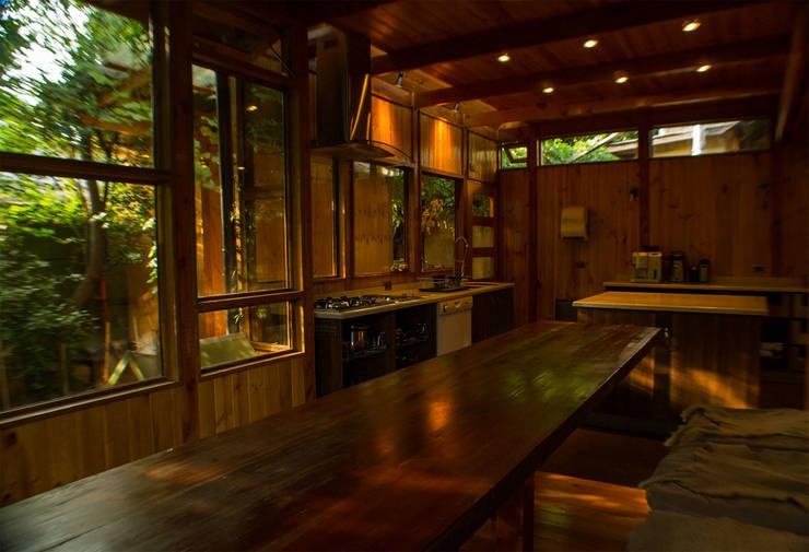 Cocina Game Hubach Cocinas de estilo rústico de PhilippeGameArquitectos Rústico Madera Acabado en madera