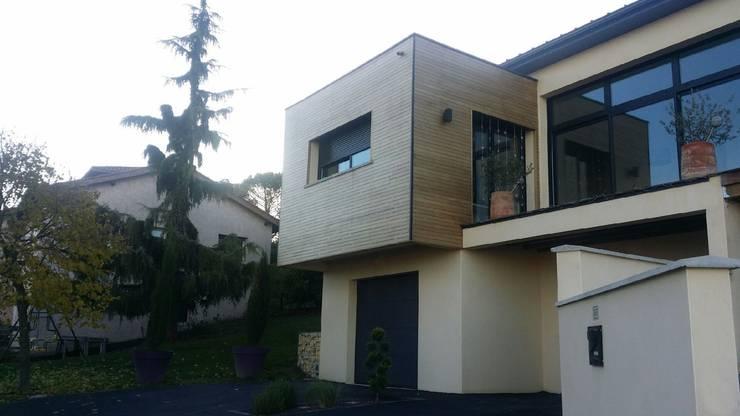 Maison contemporaine atypique en bois et acier: Maisons de style de style eclectique par Concept Creation
