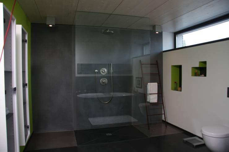 Sichtbeton Dusche:  Badezimmer von Traumraum&beton DESIGN by NONNAST